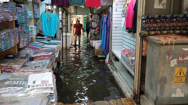 Yaz yağmuru Tarihi Kemeraltı Çarşısı'nı göle çevirdi: Esnaf isyan etti