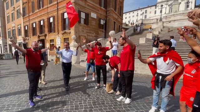Bakan Kasapoğlu Roma'da Türk taraftarlarla tezahürat yaptı