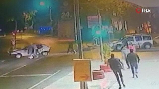 Kırmızı ışıkta duran araca çarpıp sürücüsünü yumrukladı