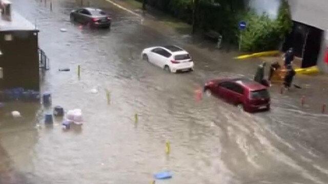 İstanbul'da kuvvetli yağmur: Yenibosna'da yolları su bastı