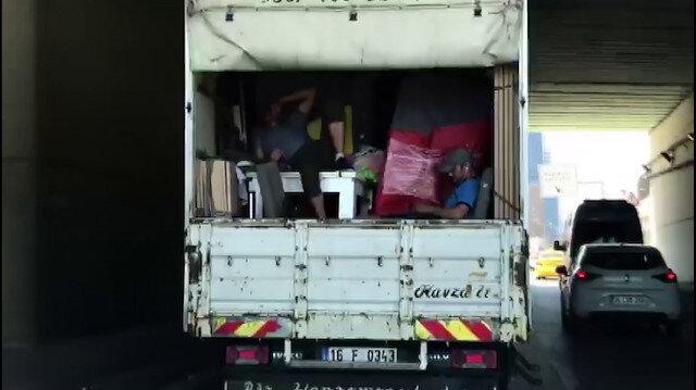 Kadıköy'de kamyonet kasasında tehlikeli yolculuk