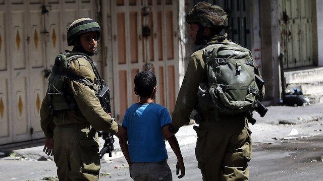 İsrail ordusu Batı Şeria'da top oynayan 3 çocuğu gözaltına aldı