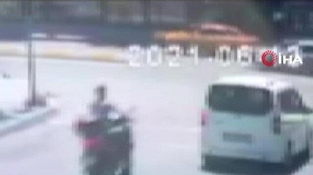 Kırmızı ışık ihlali yapan motosikletliye seyir halindeki otomobilin çarptığı an kamerada