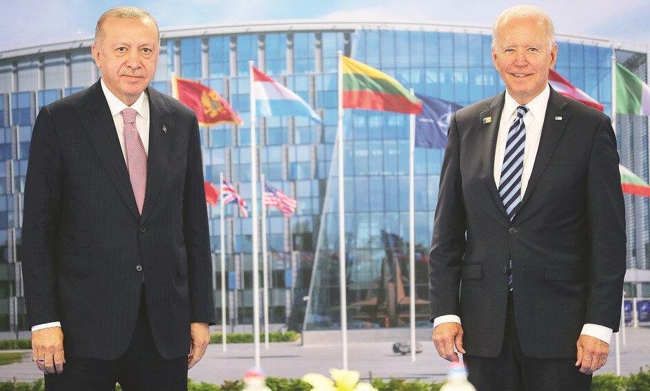 """ABD Başkanı Joe Biden, Cumhurbaşkanı Erdoğan ile pozitif ve verimli bir görüşme yaptıklarını belirterek, """"Ekiplerimiz görüşmelere devam edecek, Türkiye ile ABD arasında gerçek bir ilerleme kaydedeceğimize inanıyorum"""" dedi. Biden, görüşmenin ardından düzenlediği basın toplantısında Erdoğan ile görüşmesine ilişkin """"Pozitif ve verimli bir toplantı yaptık. Toplantının çoğu baş başaydı"""" ifadelerini kullandı."""