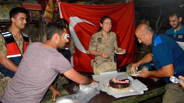 Adıyaman'da kavga ihbarına giden jandarma ekiplerine vatandaştan pastalı kutlama