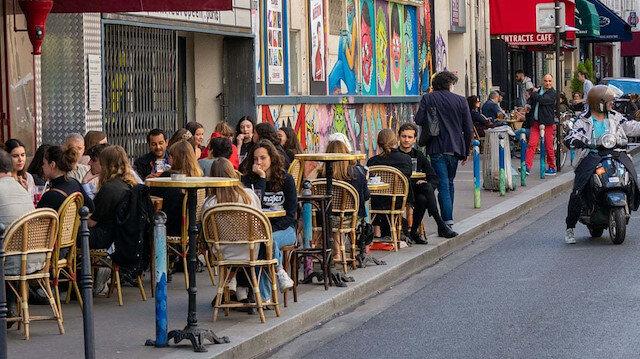 Fransa'da yarından itibaren açık alanlarda maske zorunluluğu kalkıyor