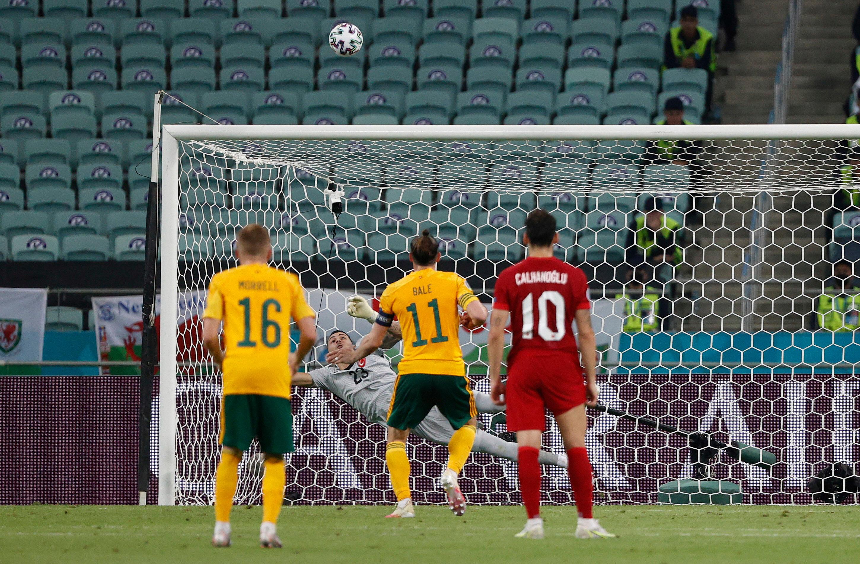 Bale'in penaltı vuruşu üstten auta çıktı.