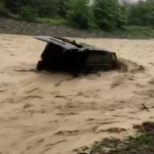 Samsunda sele kapılan araç böyle sürüklendi