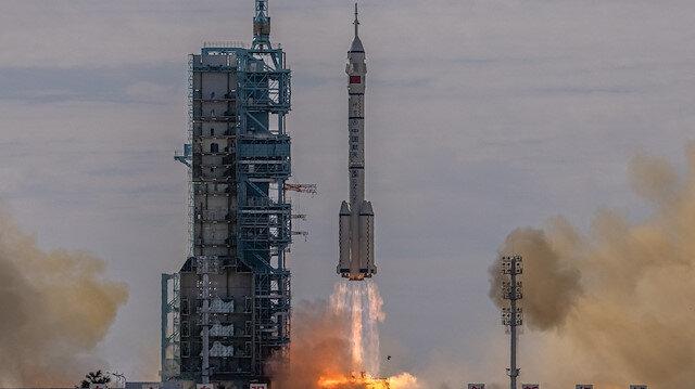 Çin uzay istasyonunu kuruyor: İlk mürettebatı taşıyan Shenzhou-12 başarıyla fırlatıldı