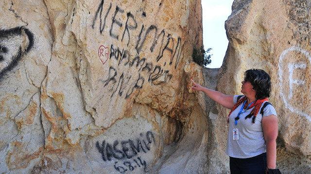 Kapadokya'da utandıran görüntü: Peribacalarına sprey boyayla tahrip ettiler