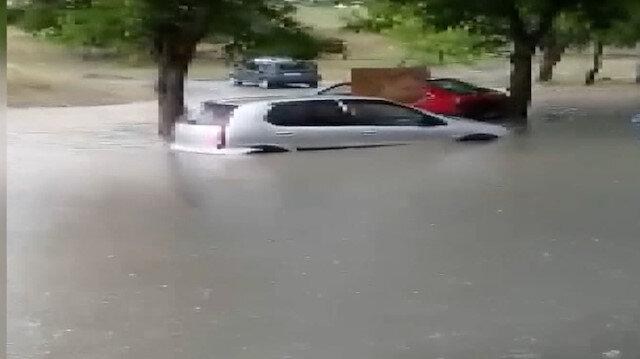 Sultangazi'de sağanak yağış sonrası araçlar su birikintilerinde mahsur kaldı