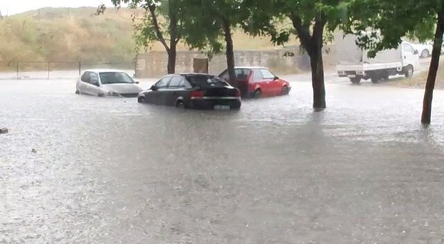 İstanbul'da etkili olan kuvvetli yağış Sultangazi'de su baskınlarına yol açtı. Cebeci Mahallesi'nde bazı sokaklar su altında kaldı. Araçlar suda mahsur kalırken evleri de su bastı.