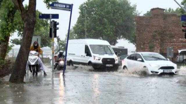 İstanbul'da su baskınları nedeniyle bazı tramvay seferleri yapılamıyor