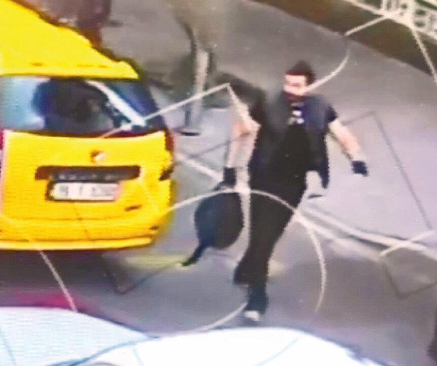 Gencer'in saldırıyı gerçekleştirmeden önceki görüntüleri ortaya çıktı. Görüntülerde Gencer'in ticari taksiden elinde büyük bir çantayla indiği, il binasına doğru yürüdüğü ve içeri girdiği anlar görüldü.