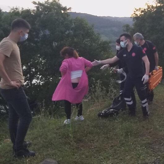 Uçurumdan yuvarlanan araçtan çıkarıldı gazetecilere saldırdı