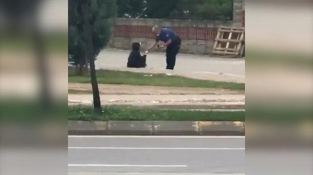 Polis memuru dinlenmek için kaldırımda oturan kağıt toplayıcı çocuğa yiyecek aldı