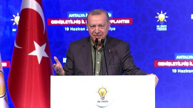 Cumhurbaşkanı Erdoğan kongrede söylenen şarkıya eşlik etti