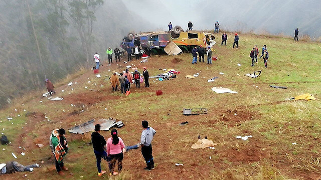Peru'da yolcu otobüsü uçuruma yuvarlandı: 27 ölü var