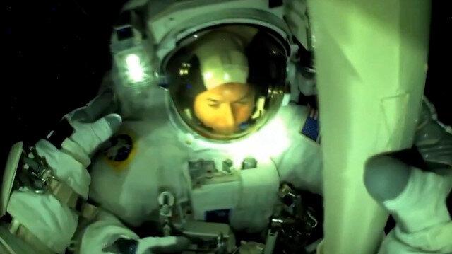 Astronotlar güneş panellerinin kurulumu için uzay yürüyüşüne çıktı