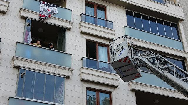 Sultangazi'de 5 katlı binada yangın: 5'i çocuk 7 kişi itfaiye merdiveniyle kurtarıldı