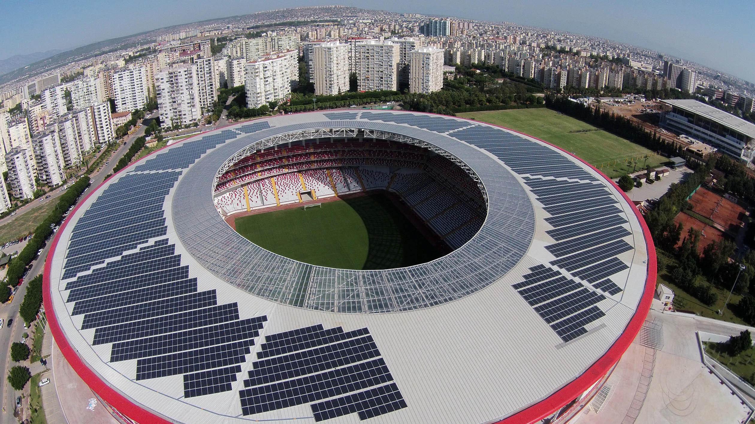 Stadyumun üzerinde güneş panelleri bulunuyor.