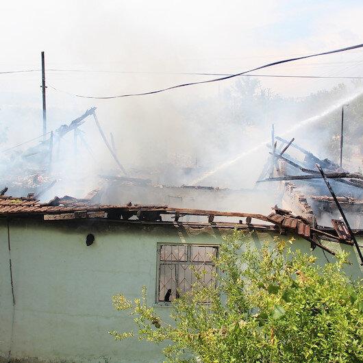Antalyada yangında mahsur kalan yaşlı kadını komşuları kurtardı