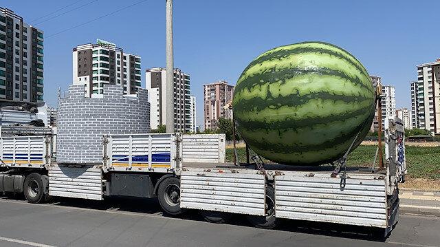 Diyarbakır iki figürle daha gündemde: Şehir merkezinde kocaman bir karpuz görüntülendi