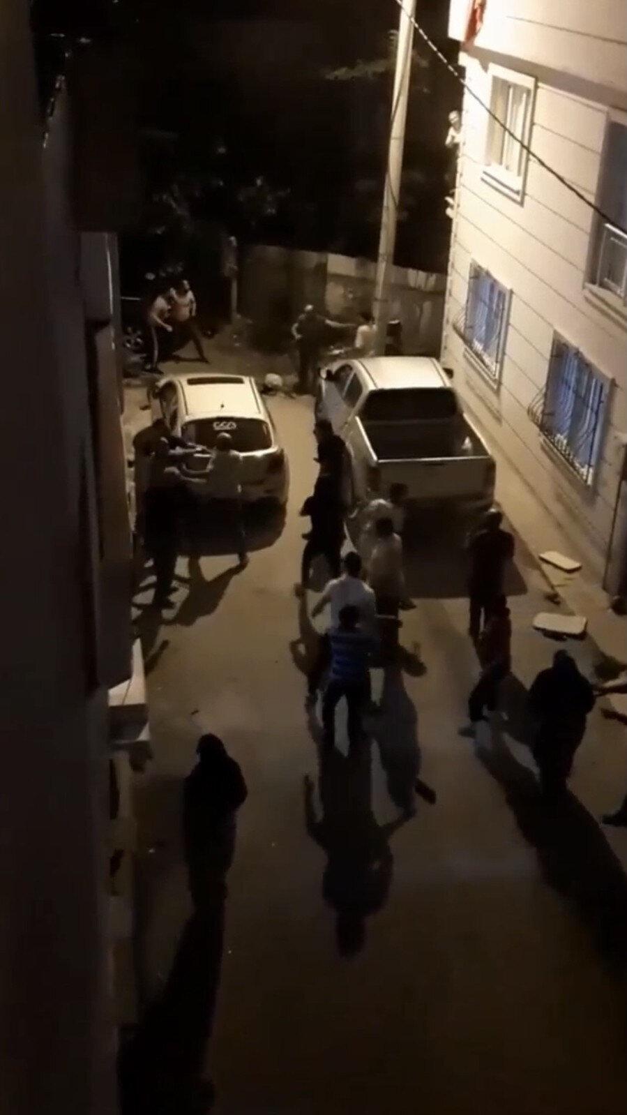 Bursa'da iki aile arasında çıkan taşlı ve sopalı kavga anbean kameralar tarafından kaydedildi.