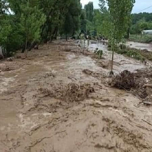 Kütahya'da yoğun yağış sonrası dereler taştı yollar kapandı