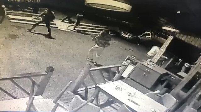 """Beyoğlu'nda silahlı """"yan baktın"""" kavgası kamerada"""