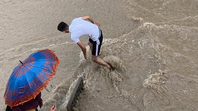 Eskişehir'de sağanak su baskınlarına neden oldu