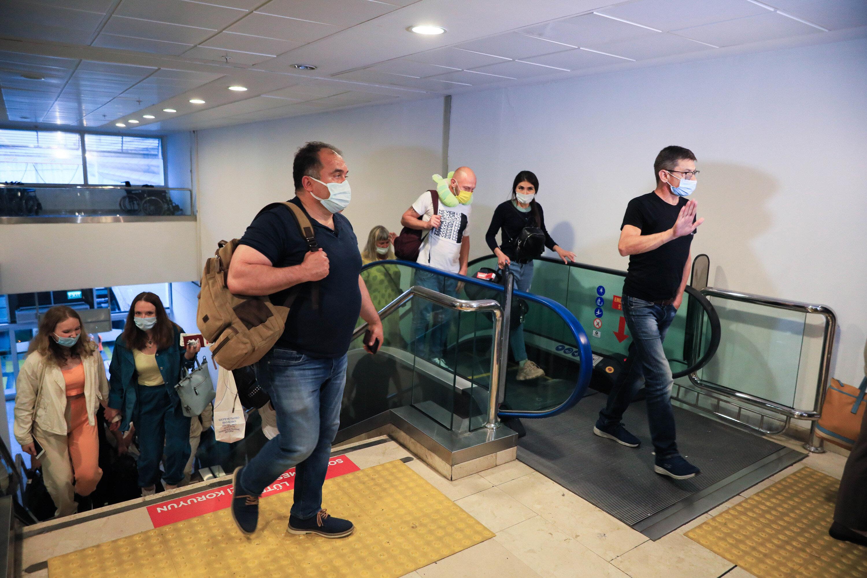 Turistler yeniden Antalya'ya geldikleri için mutlu olduklarını söyledi.