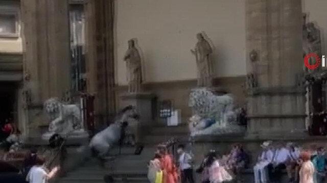 Kızgın at Floransa'nın ünlü 'Signoria Meydanı'nı birbirine kattı