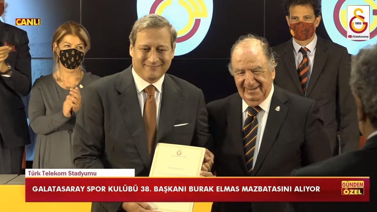 Burak Elmas'a mazbatasını Genel Kurul Divan Başkanlığını yöneten, eski divan kurulu başkanlarından İrfan Aktar takdim etti.