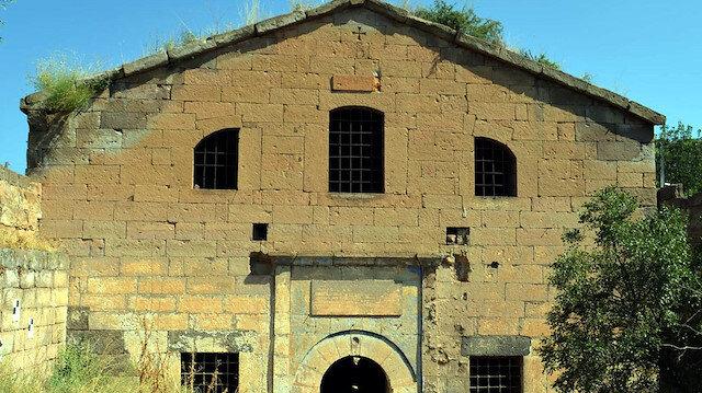 Defineciler tarihin tüm izlerini silmeye devam ediyor: Bir kiliseyi daha tahrip ettiler