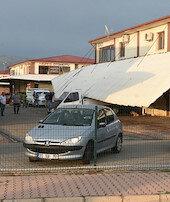 Ev ve işyerlerinin çatıları uçtu