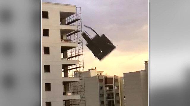 Aydın'daki şiddetli fırtınada çatıların kağıt gibi savrulduğu anlar kamerada