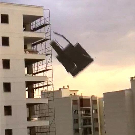 Aydındaki şiddetli fırtınada çatıların kağıt gibi savrulduğu anlar kamerada