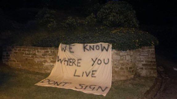 Benitez'in evinin önüne açılan pankart