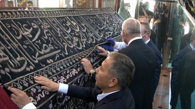 10 ay boyunca 12 kişi çalıştı: Kabe kuşağı Fatih Sultan Mehmet Türbesi'ne yerleştirildi