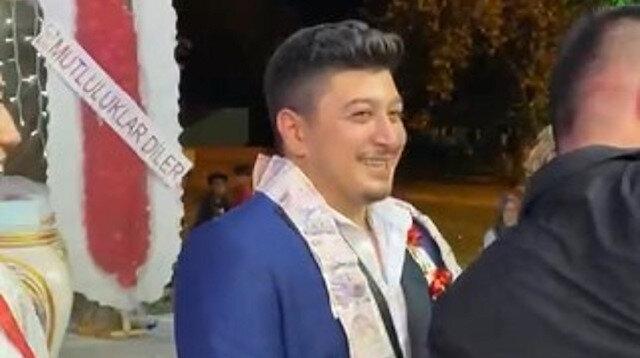 Cebinden 5 liradan fazla çıkmayan arkadaşlarına düğününde bin tane 5 lira taktılar