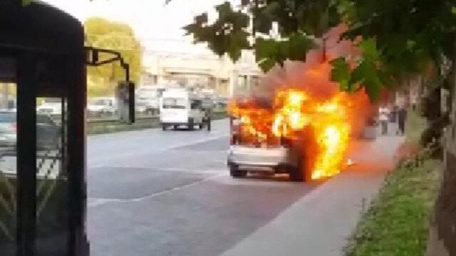 Esenler'de otomobil alev alev yandı
