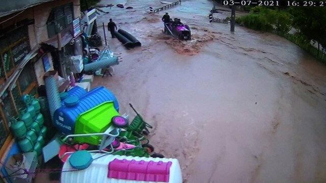 Sakarya'da sel sularının geliş anı kamerada