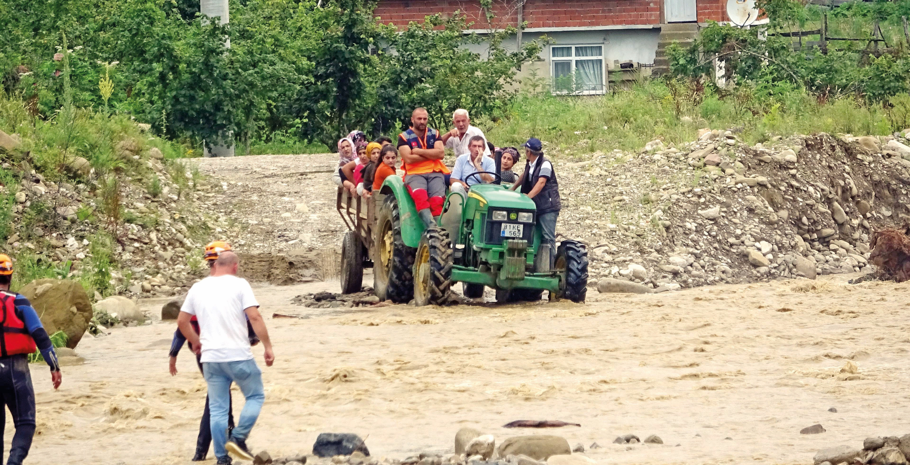 Düzce'nin Akçakoca ilçesine bağlı Esmahanım köyünde sel nedeniyle mahsur kalan vatandaşlar kurtarıldı.