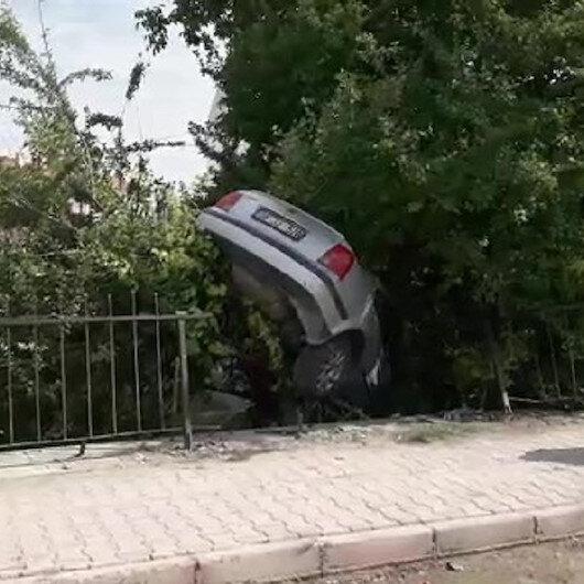Konyada kazada bahçeye düşen otomobil erik ağacında asılı kaldı