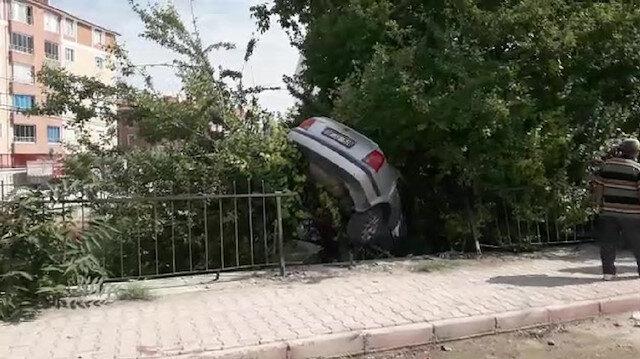 Konya'da kazada bahçeye düşen otomobil erik ağacında asılı kaldı