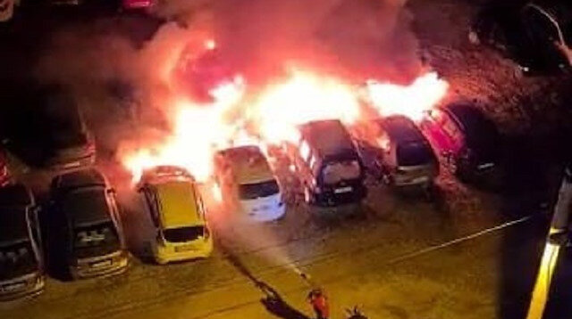 Mersin'de, tatil beldesindeki otoparkta çıkan yangında 12 araç kül oldu