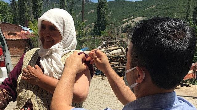 Eşek üzerindeki köylü kadından aşı ekiplerine moral şiiri