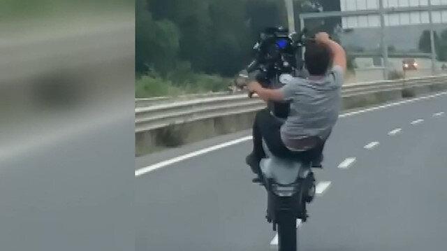 Motosikletlinin kilometrelerce tek teker üzerinde gittiği anlar kamerada