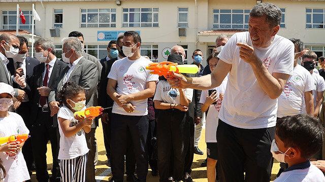 Milli Eğitim Bakanı Selçuk öğrencilerle su savaşı yaptı